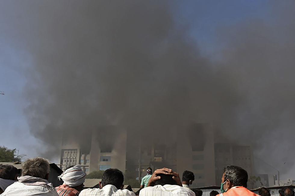 Según las cadenas, el incendio fue declarado en un sitio que está en obras, apartado de las instalaciones donde se fabrican las vacunas. (Texto y foto: AFP).