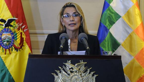 En esta imagen de archivo tomada el 13 de noviembre de 2019, la presidenta interina de Bolivia, Jeanine Anez, habla durante una conferencia de prensa en su primer día en el poder, en el Palacio Presidencial de Quemado en La Paz. (Photo by JORGE BERNAL / AFP)