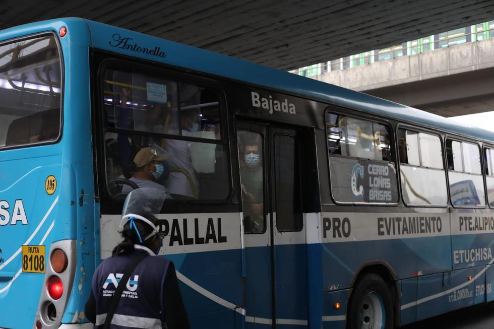 Diferentes paraderos de Lima y Callao reportaron grandes aglomeraciones de pasajeros este miércoles debido al paro de transportistas, el cual está programado para todo el día de hoy. Un recorrido por la zona dio cuenta de que estas concentraciones impedían respetar las medidas de prevención contra el COVID-19. (Fotos Britanie Arroyo / @photo.gec)