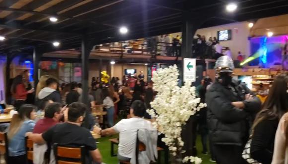Estaban más de cien personas aglomeradas en restaurante Candela por concierto sin respetar normas sanitarias
