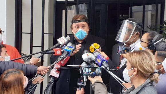 Richard Cisneros declara a la prensa en la puerta de su domicilio. (Foto: Lino Chipana/GEC)