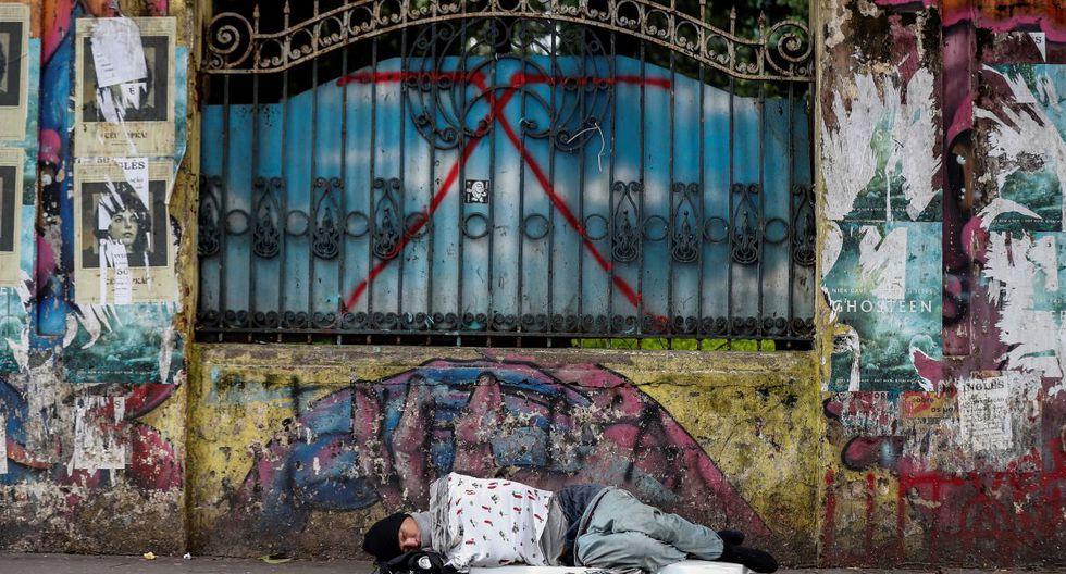 Un habitante de calle duerme en la vereda de la avenida Paulista, en la ciudad de Sao Paulo (Brasil).  (EFE).