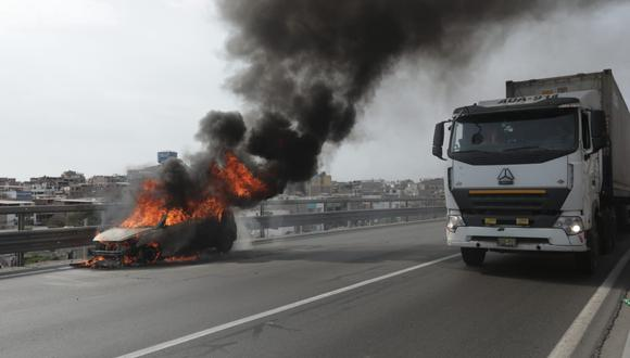 Por ahora, se espera que la emergencia sea controlada en su totalidad para el retiro correspondiente de la unidad consumida por las llamas. (Foto: Anthony Niño de Guzmán /@photo.gec)