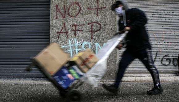 El Senado de Chile aprobó un proyecto de ley que permite un segundo retiro anticipado del 10% de los fondos de pensiones de las AFP. (Foto: JAVIER TORRES / AFP)