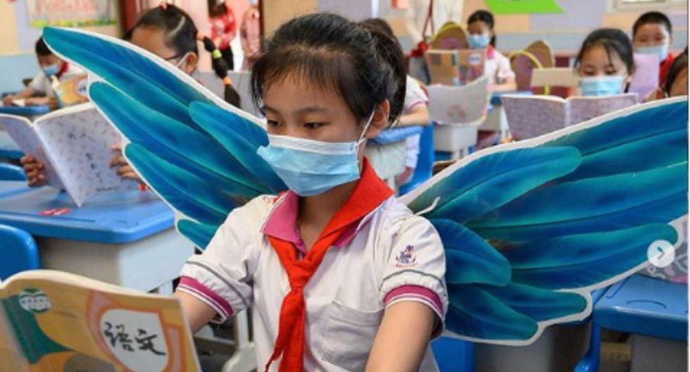 China: niños usan alas de tela en las escuelas para mantener su distancia social. Fotos: BBC
