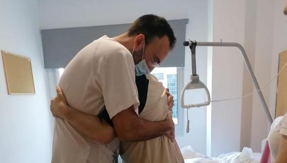 Paciente COVID-19 fue dado de alta y abrazó a enfermero por salvarle la vida (Foto: La Vanguardia)
