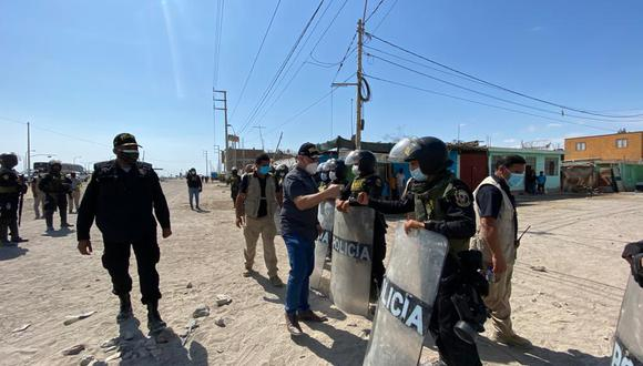Ica: el ministro José Elice recorrió la zona y saludo a los efectivos policiales que resguardan la Panamericana Sur. (Foto: Mininter)