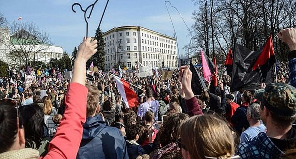 Polonia: Miles de personas se manifiestan en Varsovia contra la prohibición del aborto