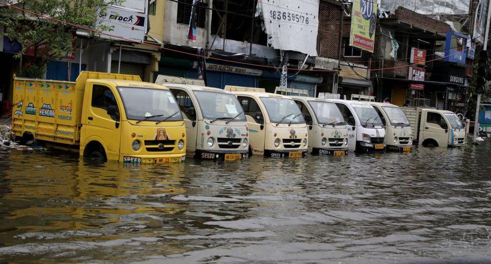 Camiones se encuentran en aguas estancadas después de que el ciclón Amphan tocara tierra, en Kolkata, India Oriental, el 21 de mayo de 2020. (EFE / EPA / PIYAL ADHIKARY)