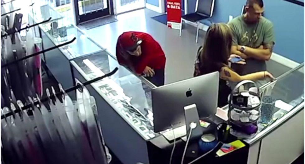 Hombre golpea a sujeto por mirar a su novia y ella le pide que se disculpe (VIDEO)