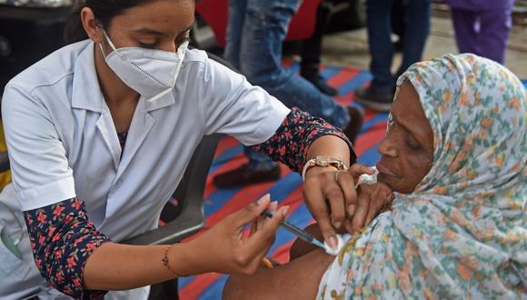 Se han administrado 6.540 millones de dosis contra el coronvirus en todo el mundo. (Foto: Sam Panthaky / AFP)