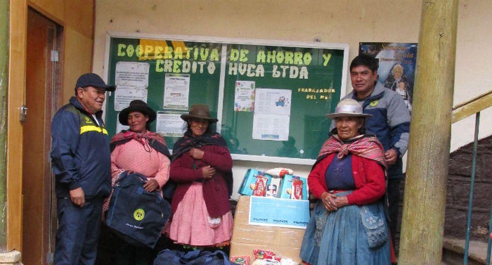 Cooperativa dona canasta a anciana