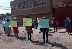 Padres de familia protestan en puerta de la UGEL San Román