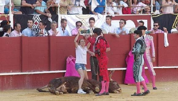 YouTube: Mujer se metió al ruedo a consolar a un toro moribundo