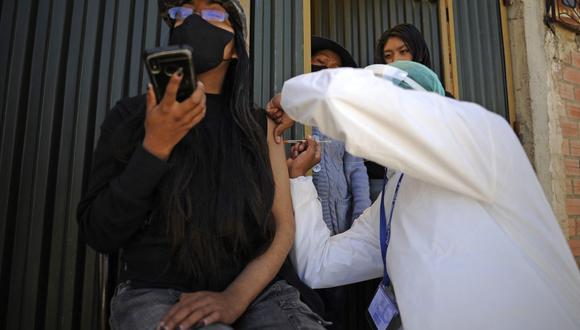 Bolivia atravesó desde principios de mayo hasta inicios de julio el tercer pico de contagios por COVID-19 con jornadas en que los casos superaron los 3.000 y los decesos el centenar. (Foto: Jorge Bernal / AFP)