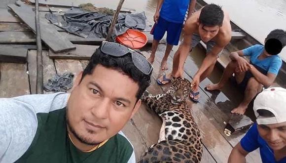 Estos hombres exhiben al felino muerto como un trofeo y la Policía ya está trabajando para identificarlos.