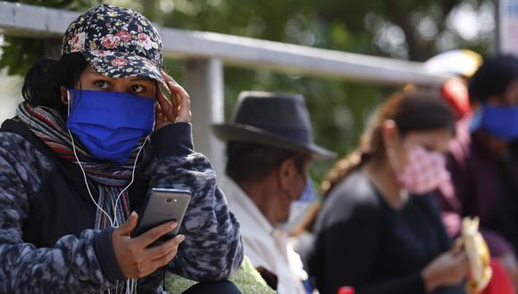 Los peruanos que tuvieron que frenar sus actividades por la cuarentena quieren saber más sobre el nuevo bono de 600 soles (Foto: EFE/Paolo Aguilar)