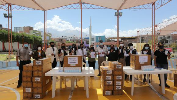 El Rotary  Kallpa Suyay entregó 3 mil frascos de jarabes. (Foto: Leonardo Cuito)