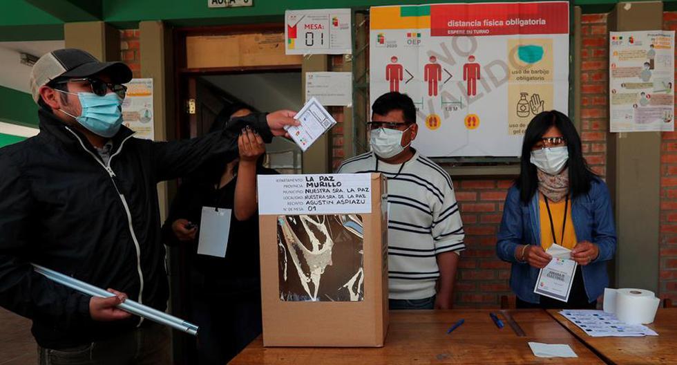 Fotografía de archivo del 9 de octubre de 2020 que muestra a un ciudadanos durante un simulacro de votación con medidas de bioseguridad, en La Paz, Bolivia. (Foto: Martín Alipaz / EFE)