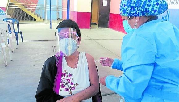 Hoy se inmunizan los adultos de 58 y 59 años en 17 locales de Chimbote y Nuevo Chimbote.