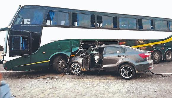 Conductor salva de morir en choque entre camioneta y ómnibus