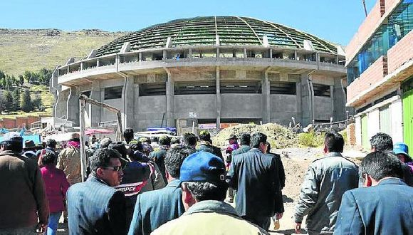 Reanudan techado de coliseo de Huancané