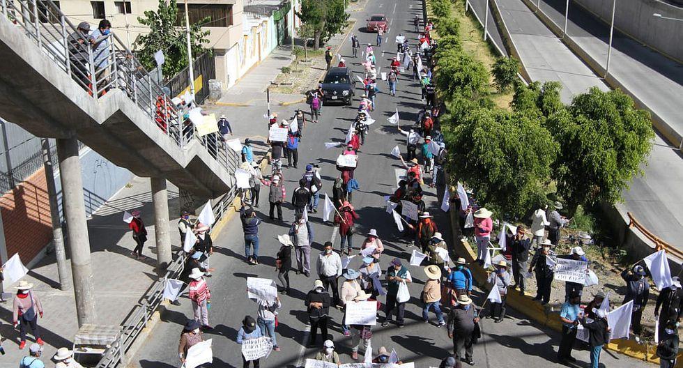 Policías usan bombas clacrimógenas para retirar a manifestantes en Arequipa (FOTOS)