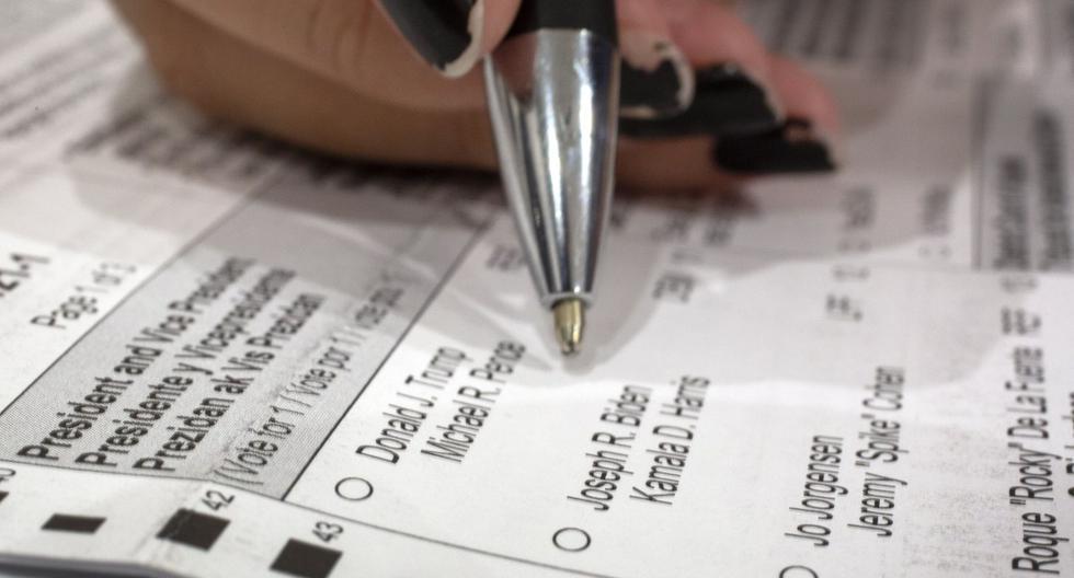 Una residente de Miami revisa el sobre de  votación en Palmetto Bay, Florida, Estados Unidos, el 3 de octubre de 2020. (EFE/EPA/CRISTOBAL HERRERA-ULASHKEVICH).