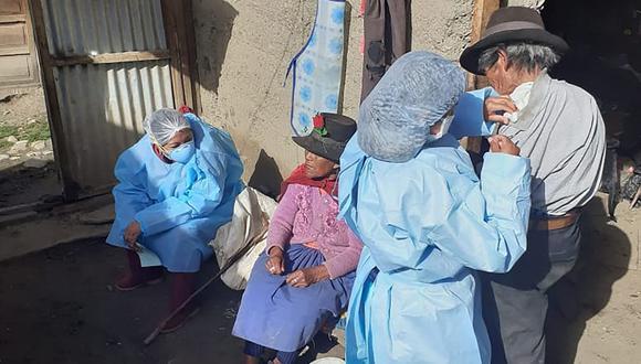 Personal de salud se traslada a zonas alejadas para vacunar adultos mayores.