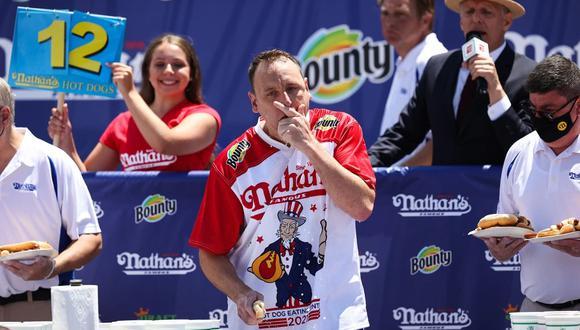 Joey Chestnut rompe su propio récord de comer hot dogs al devorar 76 salchichas en 10 minutos  (Foto: ESPN)