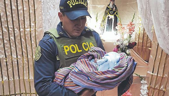 Policía encuentra a un recién nacido envuelto en una manta en la puerta de iglesia
