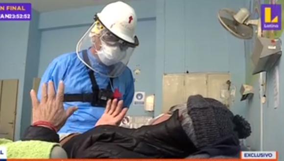 Sacardote y hermanas visitan a enfermos por COVID-19 en Hospital Dos de Mayo. (Foto: Captura Latina)