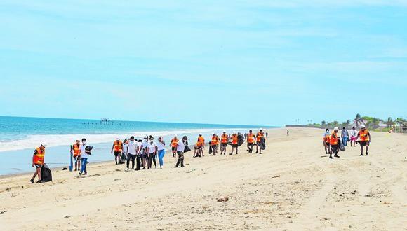 Comuna de Contralmirante Villar y personal del Ejército se unen para tener playas limpias.