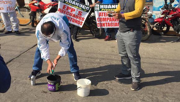 Trabajadores de EsSalud lavan mascarillas en señal de protesta por pandemia