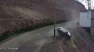 Imágenes del conductor que salió ileso tras rodar con su auto por un cerro, en Surco (VIDEO)