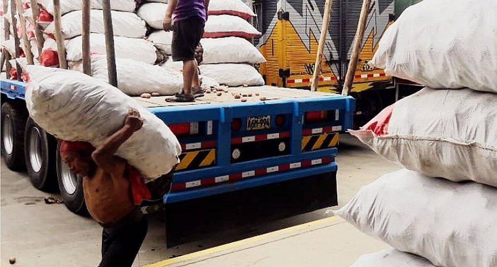 Estibadores y carretilleros reciben S/. 2 por cargar hasta 120 kilos de mercadería (FOTOS)
