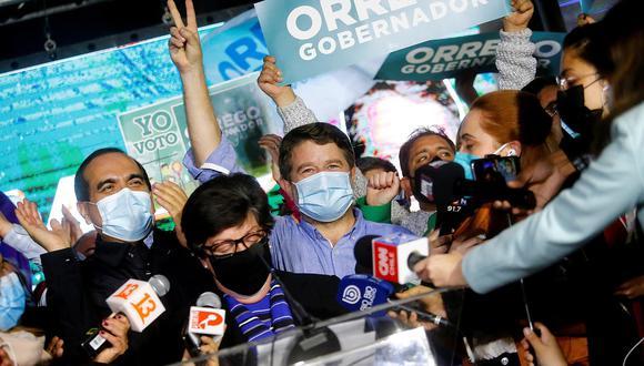 El electo gobernador por la región metropolitana, Claudio Orrego, celebra el triunfo hoy, durante la segunda vuelta de las elecciones a gobernadores regionales, en Santiago (Chile). (Foto:  EFE/ Esteban Garay)