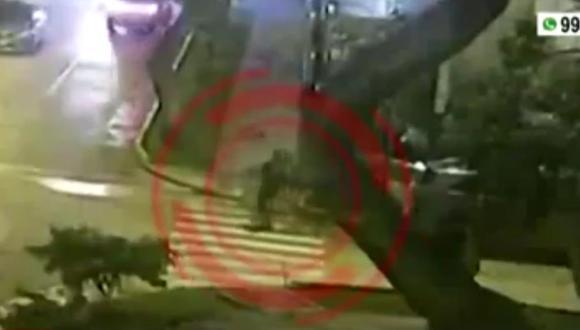 El frustrado asalto a dos militares vestidos de civil ocurrió en el parque Pedro La Rosa, en Jesús María.  (Captura: América Noticias)