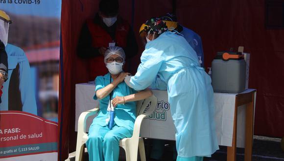 El personal de salud ya está siendo inmunizado en la región Puno Foto: Red de Salud Puno
