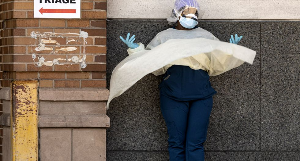 Una trabajadora médica hace una llamada telefónica durante su descanso fuera de un área especial de enfermedad COVID-19 en el Centro Médico Maimonides en el distrito de Brooklyn de la ciudad de Nueva York. (Foto: AFP/Johannes EISELE)