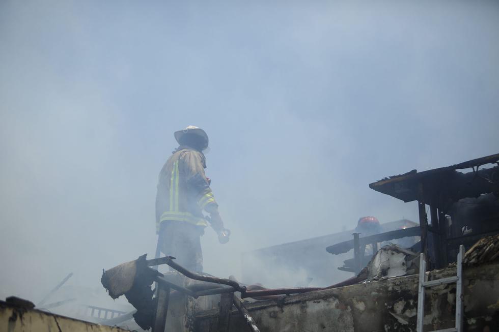 Un incendio se reporta esta tarde en una vivienda situada en la cuadra 3 del jirón Joaquín Bernal. (Fotos: José Rojas Bashe / @photo.gec)