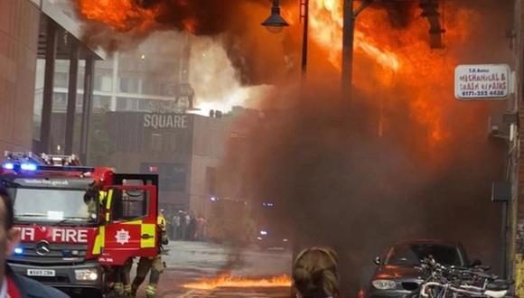 Este valiente policía rescató a dos niños del fuego de un terrible incendio en Londres (Foto: Twitter)