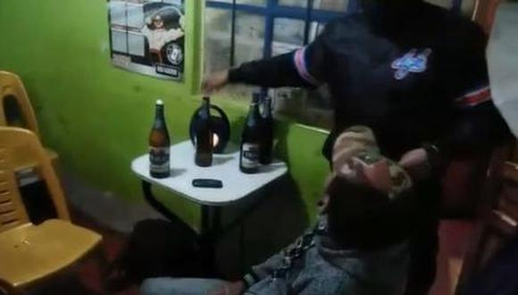Autoridades encontraron a varios ciudadanos quienes se encontraban bebiendo cerveza. (Foto: Difusión)