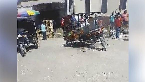 Vecinos indignados queman mototaxi de ladrones frente a iglesia (VIDEO)