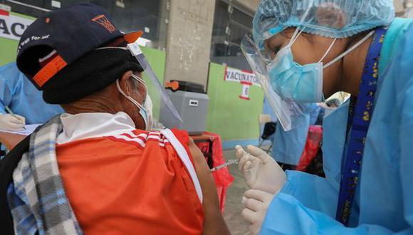 COVID-19. Inicia vacunación a mayores de 55 años en el Cercado de Ica.