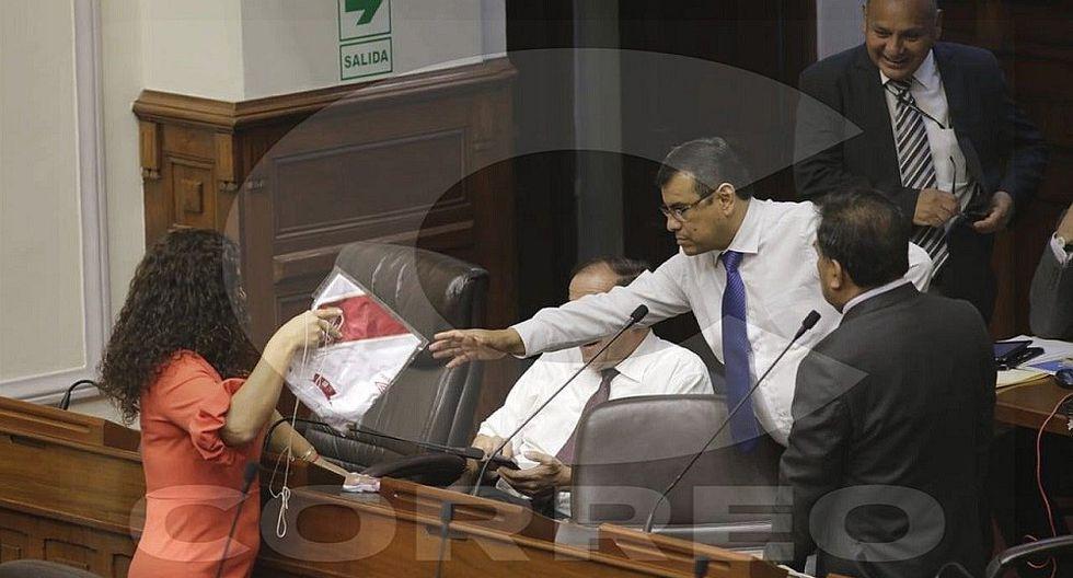 Reparten polos de la selección peruana en el Congreso al inicio del Primer Pleno Mujer (FOTOS)
