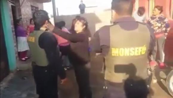Lambayeque: Mariana Esquén abofeteó y jaló de los cabellos a un policía. (Foto: Captura de video)