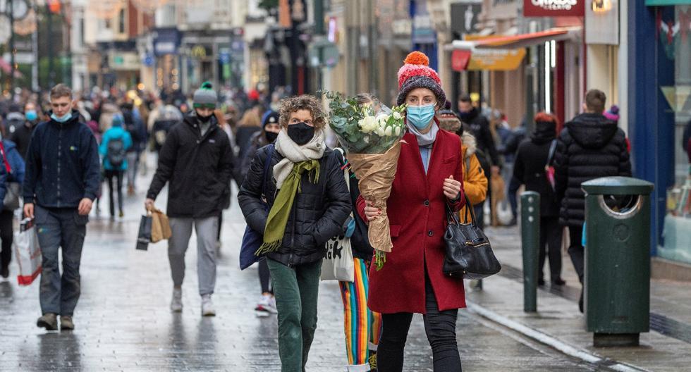 Imagen referencial. Los peatones compran antes de un nuevo bloqueo por coronavirus en Dublín, Irlanda, el 31 de diciembre de 2020. (PAUL FAITH / AFP).