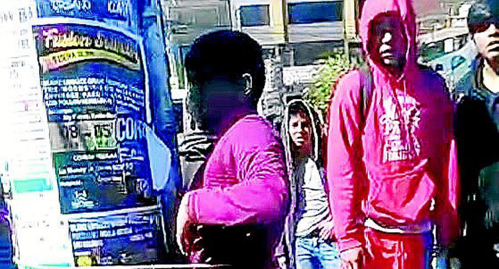 Alumnos agarran a correazos a sujeto que hurta un celulary luego termina llorando