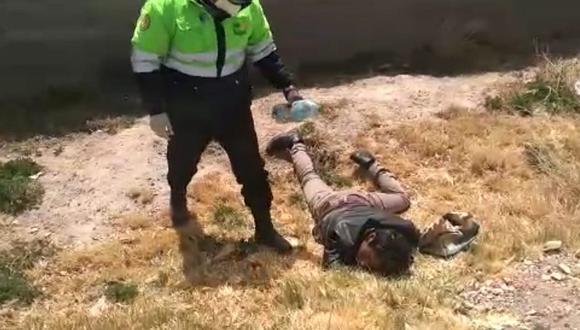 Sujeto se puso a beber cerveza con sus amigos y terminó inconsciente en un descampado.